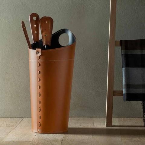 Accesorios de chimenea con los titulares de cuero Nilar, diseño moderno.