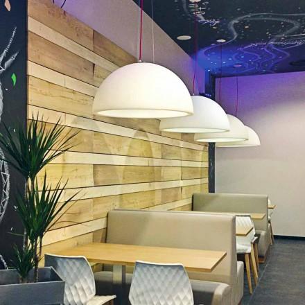 Lámpara de suspensión de color Slide Cupole de polietileno fabricada en Italia.